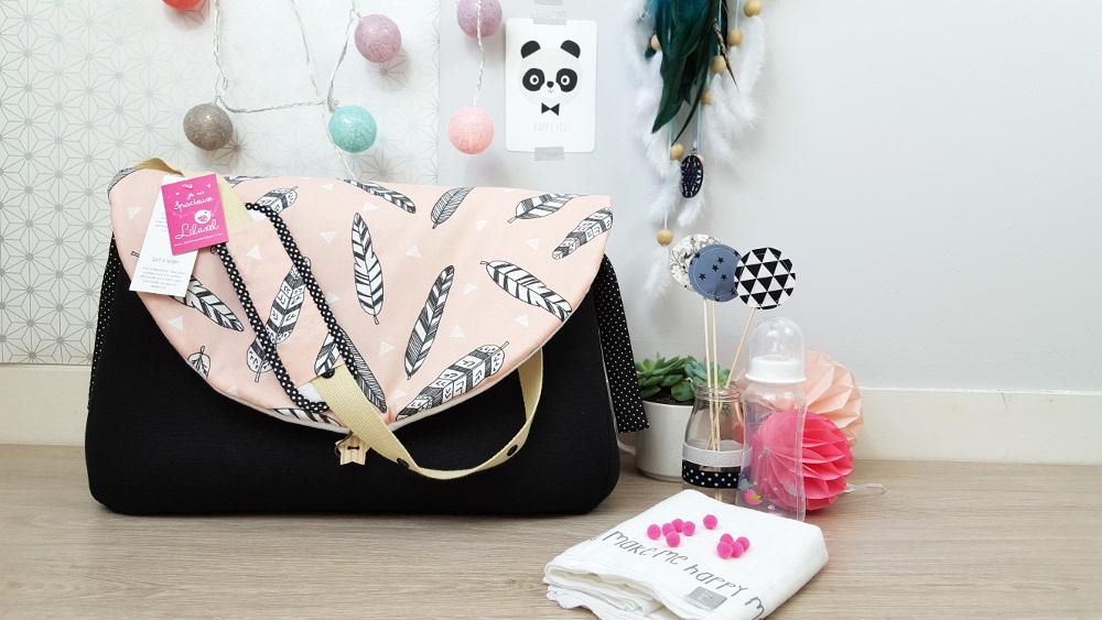 sac à langer lilaxel - noir et plumes fond rose