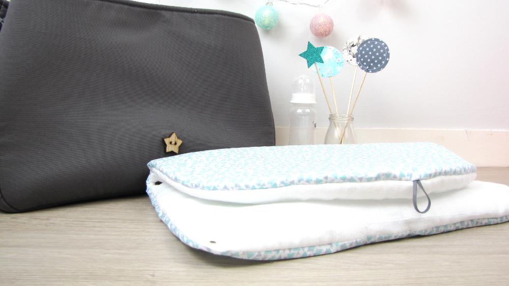 sac langer gris et petits triangles gris et bleu en. Black Bedroom Furniture Sets. Home Design Ideas
