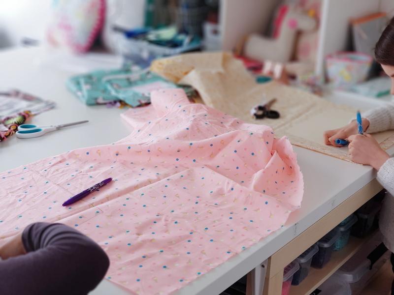 atelier-couture-enfant-lilaxel-à-lorient-couper